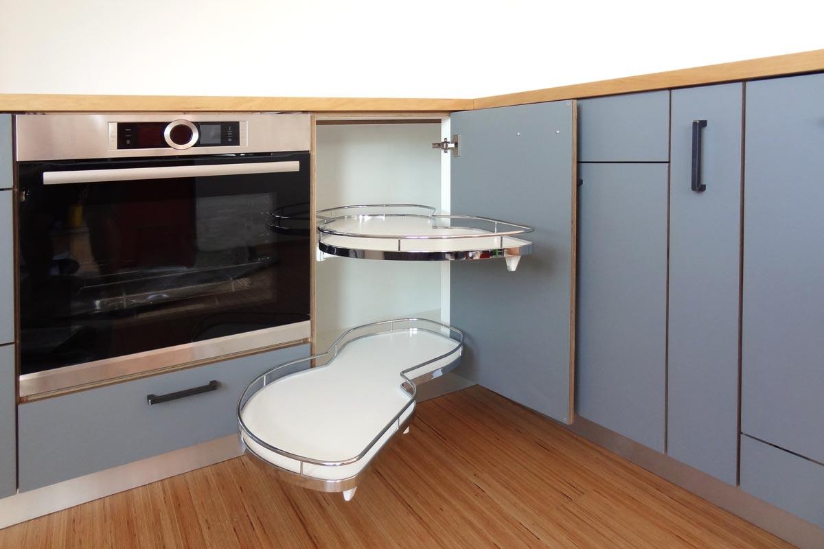 Kompakte Küche im Dachgeschoss